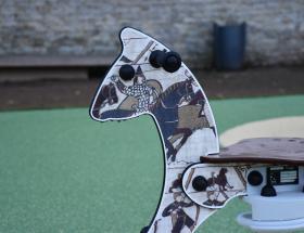 Cheval sur aire de jeux à Bayeux