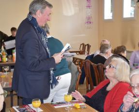 Patrick Gomont et les résidents de Saint-Floxel à Bayeux