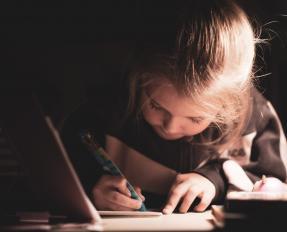 Petite fille faisant ses devoirs