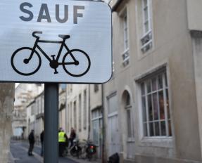 Panneau contre-sens cyclable rue de la Juridiction à Bayeux