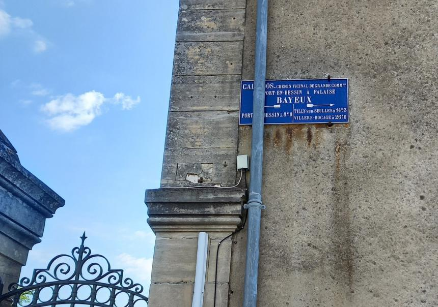 Plaque de cocher restaurée à Bayeux