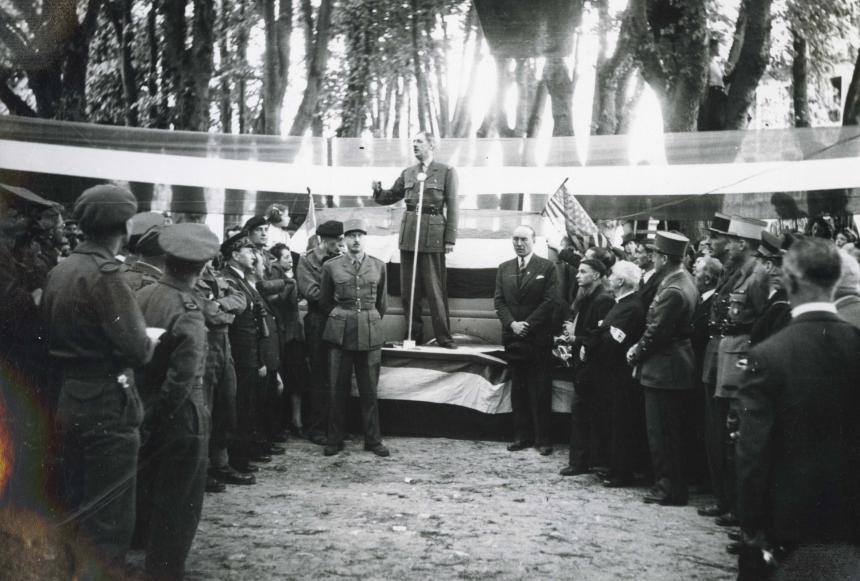 Visite à Bayeux de Maurice Schumann et De Gaulle en juin 1944 2FI389 © Archives